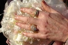 brides_hand_on_bouquet_400_131269